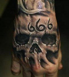 Tatouage sur la main homme